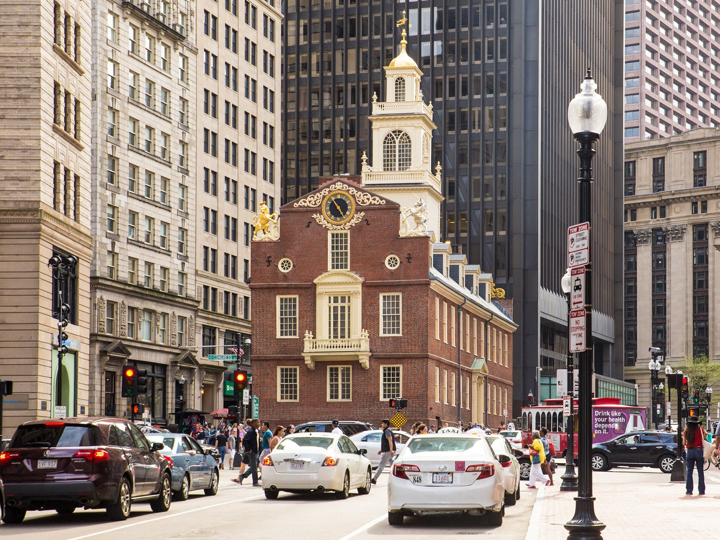 https://media.cntraveler.com/photos/59b02672d3d5dd0e18d77b9a/master/w_1440,c_limit/boston-traffic-GettyImages-538885784.jpg